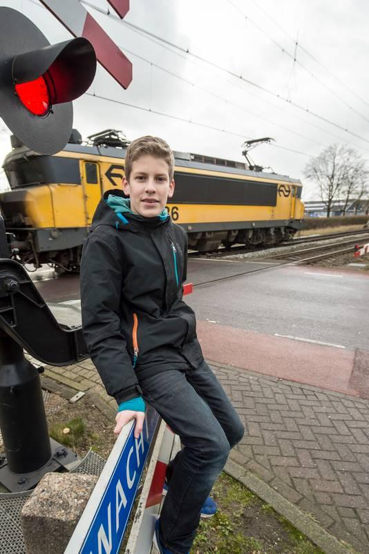 Ruben den Engelse op de plek waar hij een vrouw van een naderende trein redde. ,,Toen ze stond wilde ze nog haar boodschappen die naast de rails lagen oprapen, maar daar was geen tijd meer voor.''