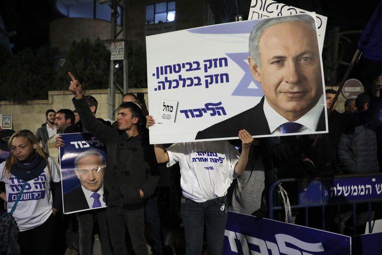 Aanhangers van premier Benjamin Netanyahu protesteren tegen zijn vervolging bij zijn ambtswoning op 21 november 2019. Beeld EPA