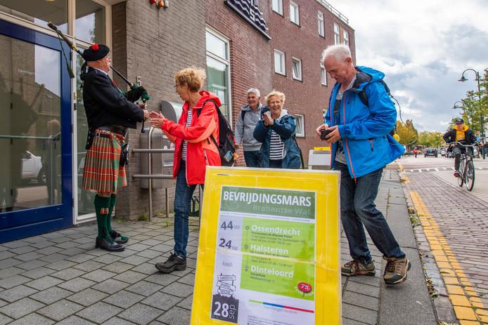 De wandelaars werden opgewacht bij het Dorpshuis door doedelzakspeler Arie van Meerwijck.