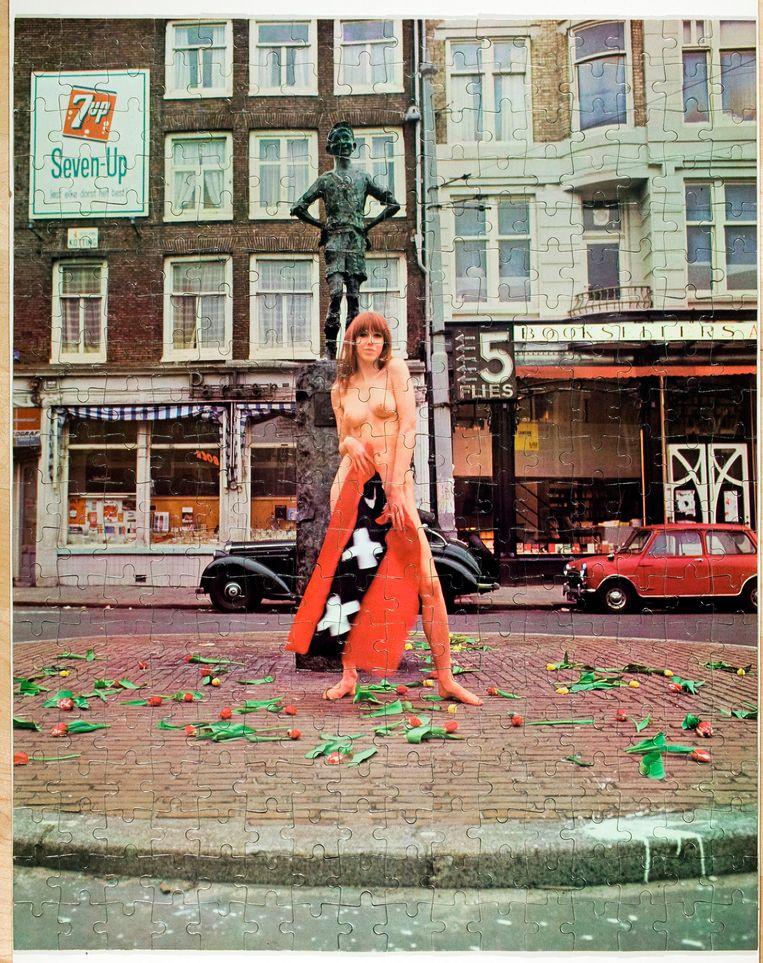 Puzzel met de naakte Phil Bloom bij het Lieverdje. Beeld Coll. G. Bekkering/foto Hans van den Bogaard