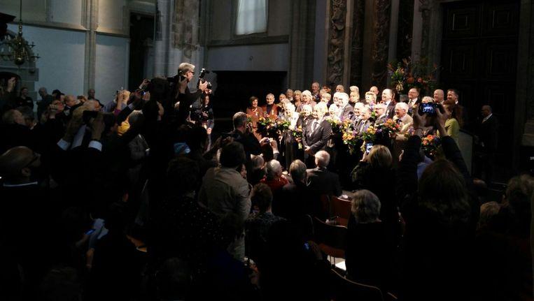 Tientallen Amsterdammers op het podium van de Nieuwe Kerk na de jaarlijkse Lintjesregen Beeld Lex Boon
