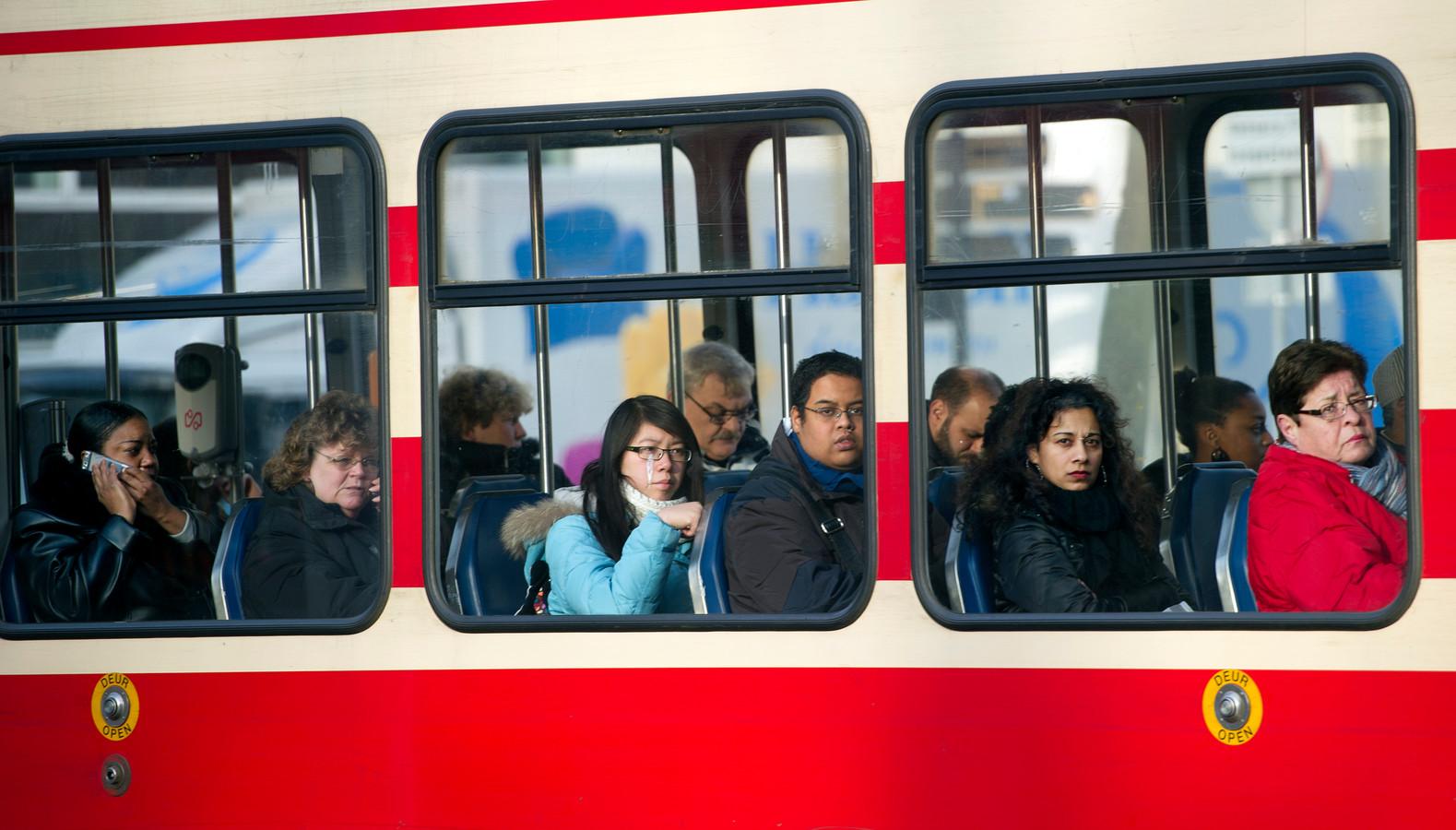 Mensen reizen in de tram van de Haagse HTM op het Spui in Den Haag. ANP ROBERT VOS