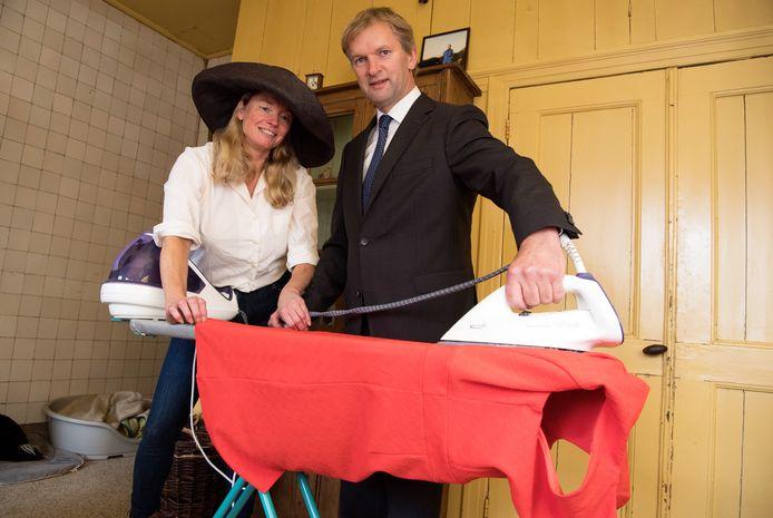 Maurits von Martels bereidt zich met zijn vrouw Aimée in september 2017 in huize Hessum voor op de eerste Prinsjesdag dat de CDA'er lid is van de Tweede Kamer. Aimée's jurk wordt gezamenlijk gestreken.