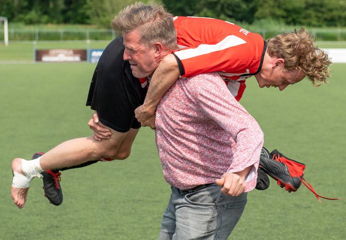 Willem Busscher gaat op de schouder bij Peter Pot, de trainer die vertrekt.