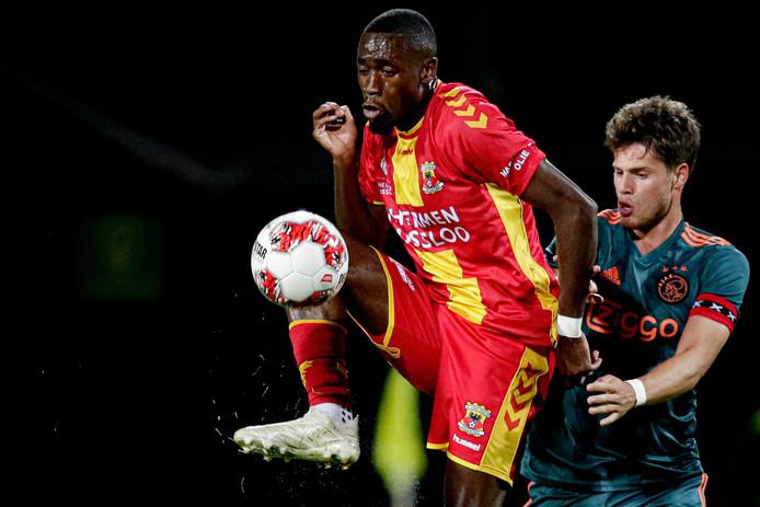 Maecky Ngombo is balvast namens Go Ahead Eagles en maakt het Jong Ajax-captain Kik Pierie lastig.