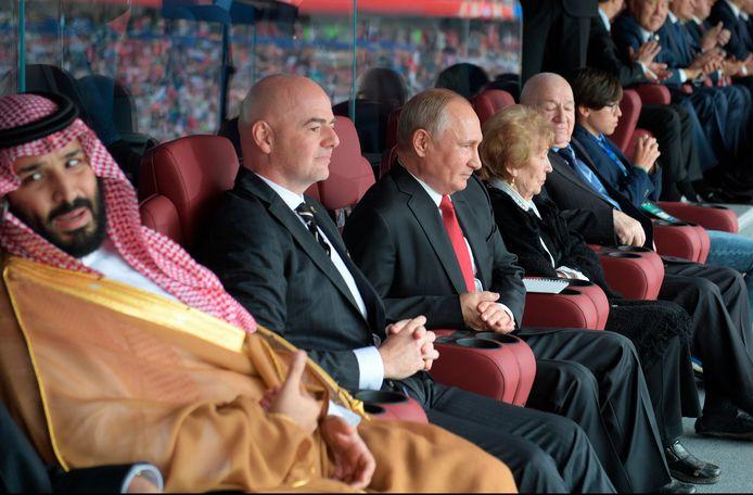 Bin Salman tijdens het WK van 2018 met naast hem FIFA-baas  Gianni Infantino en de Russische president Vladimir Poetin.