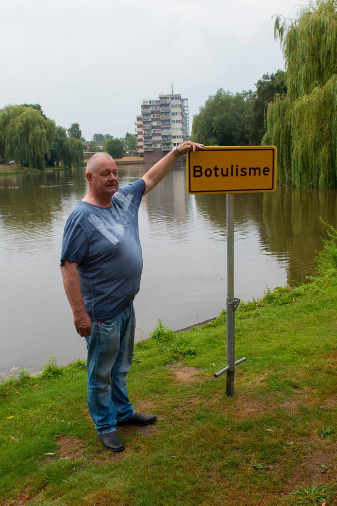 Dirk Burgers bij de vijver met Botulisme in Apeldoorn zuid.