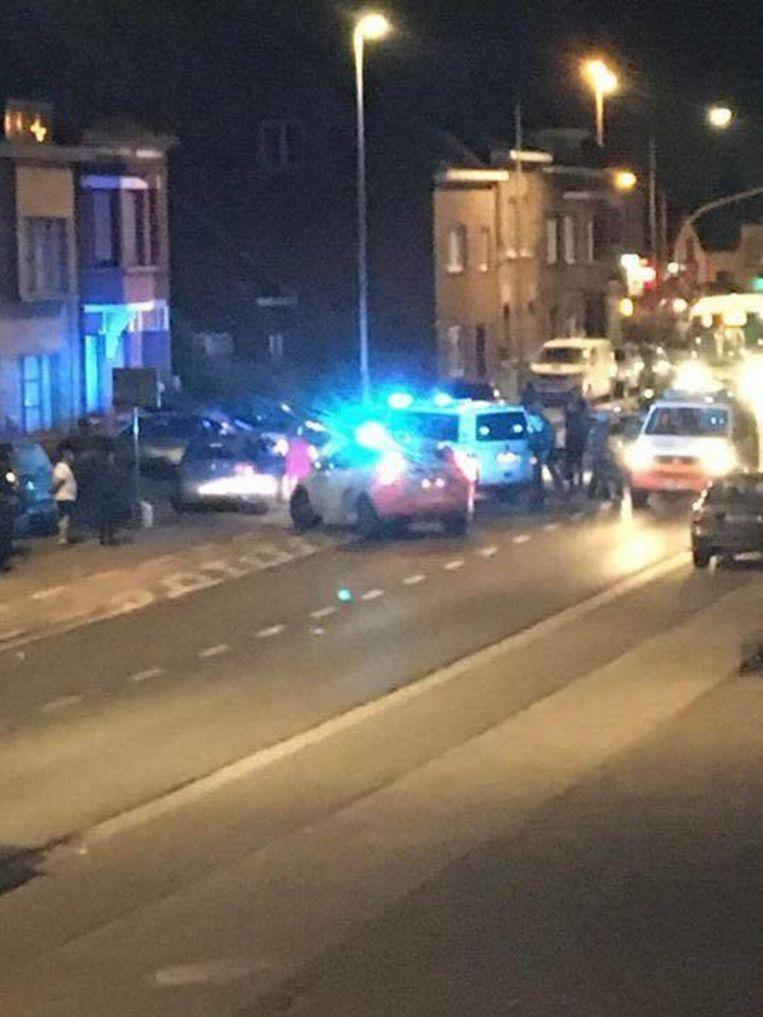 De wagen werd klemgereden, waarna minstens 1 persoon werd gearresteerd.