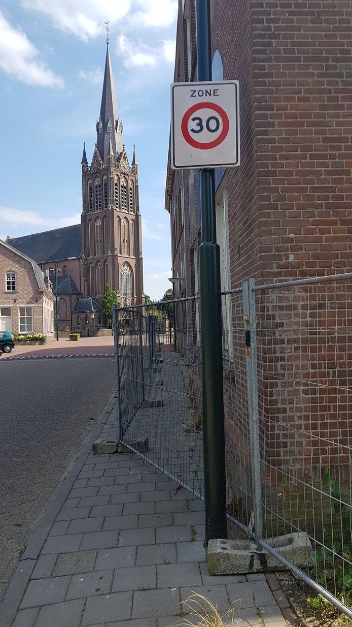 De gemeente heeft ook aan de voorkant een hek geplaatst omdat er brokstukken van het dak vallen.