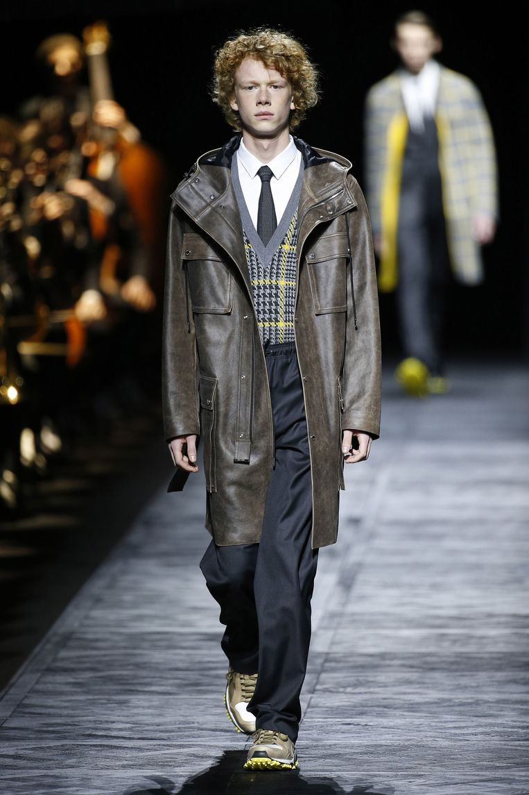 Een model met een joggingbroek van soepel leer in de show van Dior Homme. Beeld Team Peter Stigter