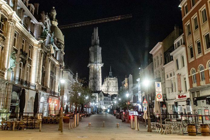 De winkels die bij ons dicht zijn, zijn in België gewoon open, zoals hier in Antwerpen.