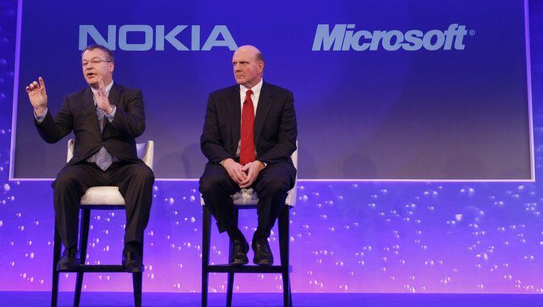 Stephen Elop, CEO van Nokia, met Steve Ballmer, CEO van Microsoft, bij de bekendmaking van hun samenwerking. Beeld ap