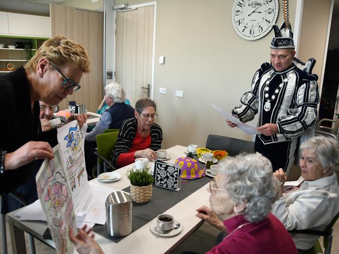 Redoute medewerkster Ingrid toont samen met Prins Benito I de tekeningen aan de oplettende juryleden van De Redoute.