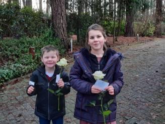 Lilly (10) en Pieter (5) verrassen hun buren met bloemen en gedichtjes