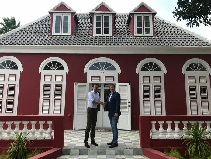 Ambassadeur Jeroen de Baar (links) met directeur Danny de Vries bij de Twentse Ambassade op Curaçao.