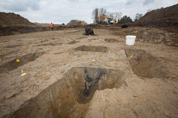 Op Klein Bivelen hebben archeologen ook paalgaten gevonden van houten huizen. Ook een waterput uit de bronstijd werd ontdekt.