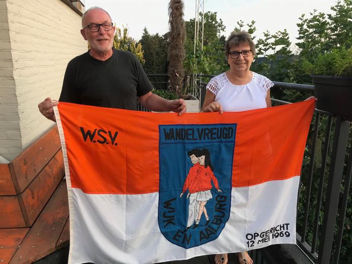 Ad Vos en Elly Tamerus, twee hartstochtelijke fans van de wandelsport, tonen het vaandel van WSV.