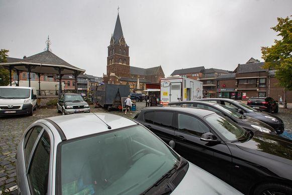 Op de Markt staan nu nog veel auto's geparkeerd.