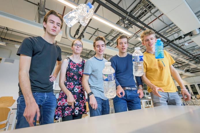 Vijf UT-studenten benaderden de hype wetenschappelijk. Vlnr: Remco Horstink, Anne Meulenkamp, Mees Flapper, Lumen Eek en Pim Dekker.