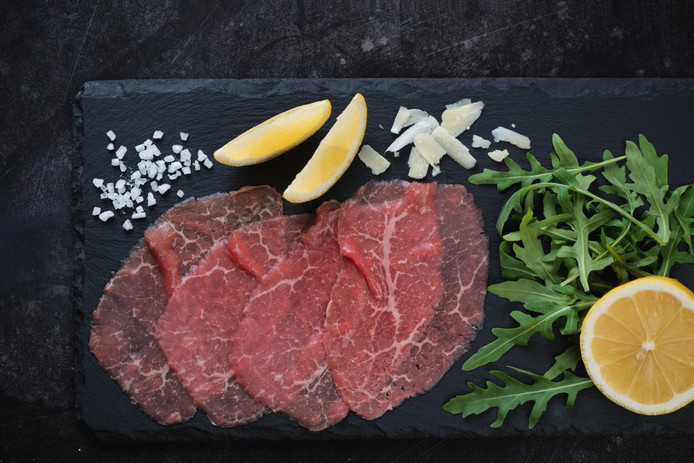 Carpaccio, biefstuk, plakjes gerookte zalm en schnitzels bestaan vaak uit aan elkaar geplakte stukjes vlees.
