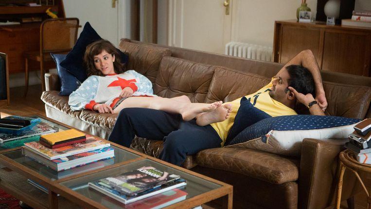 Master of None-personages Rachel Silva en Dev Shah. Beeld Netflix