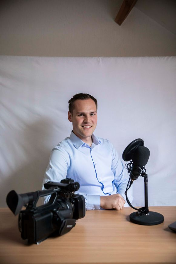 Lars Rondags in zijn kamer, met zijn werkmateriaal.