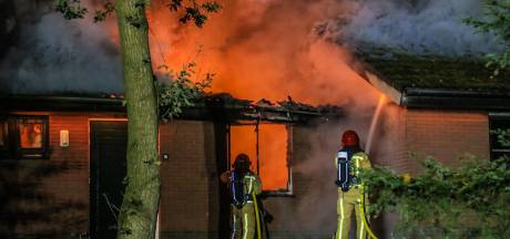 Twee huisjes compleet verwoest door uitslaande brand op Bospark de Bikkels in Vlierden