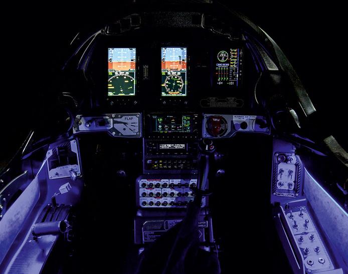 De high-tech cockpit van een Blackshape Gabriel.