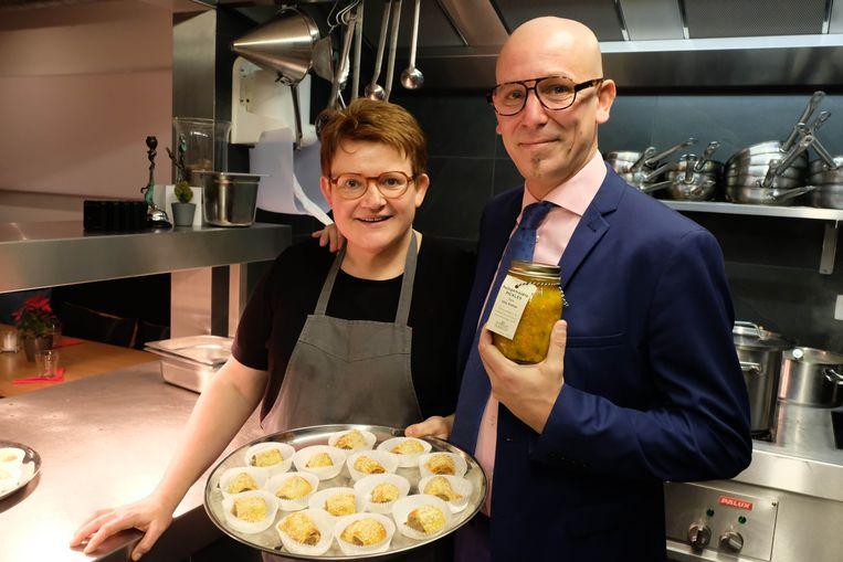 Tom Van Caeyzeele en chef-kok Anja organiseerden in Het Looks een kerstfeest voor 70 mensen uit de wijk.