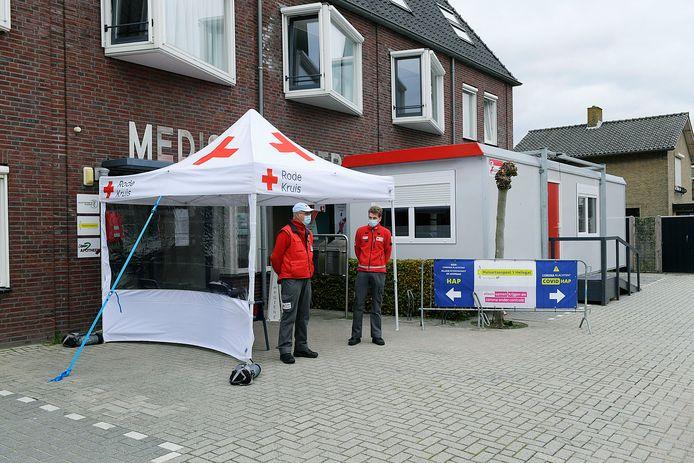 De nieuwe situatie bij de huisartsenpost in Klaaswaal, met de speciale corona-unit en Rode Kruis-medewerkers die als poortwachters fungeren.