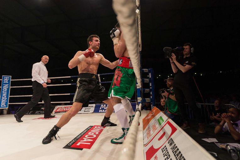 Marc De Bonte (links) in actie tegen Timour Nikarkhoev tijdens het zeventiende Gents Boksgala in april van dit jaar.