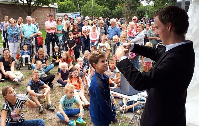 Magician Sander Smits (18) aan het werk in zijn eigen Boekel.