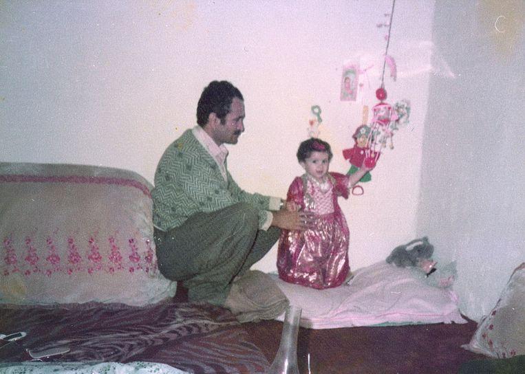 Beri Shalmashi, thuis met haar vader in Koerdisch gebied. Beeld Familiearchief
