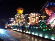 Duizenden mensen zien verlichte wagens door hartje Groesbeek rijden