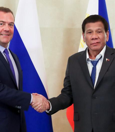 Mal cravaté, le président philippin fait rire Internet