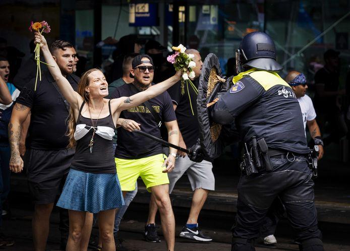 Demonstranten zoeken de confrontatie met de politie bij het Centraal Station in Den Haag eind juni.