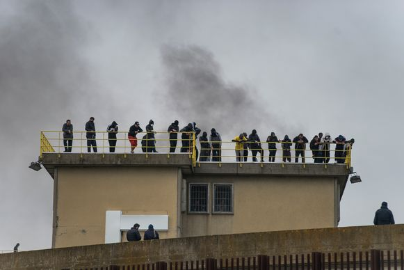 Gevangenen schoppen keet op het dak van een Italiaanse gevangenis.