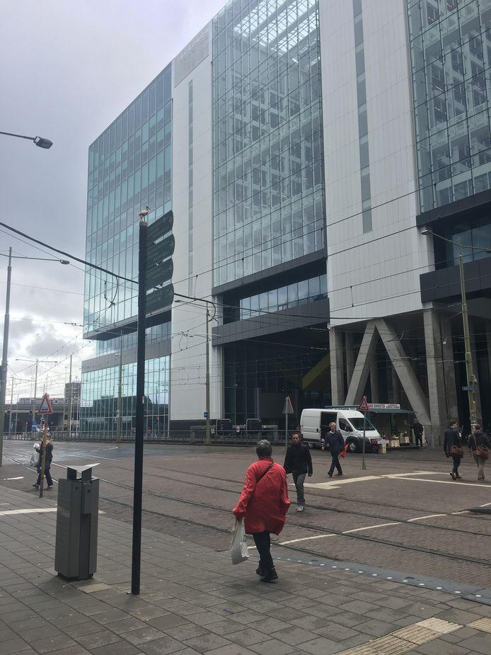 Rijkskantoor ministerie van Buitenlandse Zaken, ministerie van Infrastructuur en Milieu, Immigratie- en Naturalisatiedienst (IND), Centraal Orgaan Opvang Asielzoekers (COA) en de Dienst Terugkeer & Vertrek (DT&V) aan de Rijnstraat 8 in Den Haag. Voorheen was dit het VROM-gebouw.