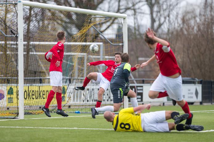 Wijhe '92 tegen SV Zwolle. Voor senioren en jongeren die het snelle soms bruuske reguliere voetbal moeten laten schieten door leeftijd, blessure of ander ongemak, begint de club uit Wijhe een proef met wandelvoetbal.