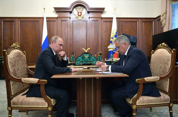 President Vladimir Poetin in gesprek met Defensieminister Sergej Sjojgoe over de brand aan boord van de onderzeeër.