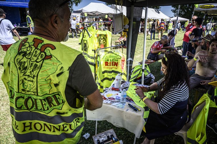 Juni 2019, op een bijeenkomst in Montceau-les-Mines worden gele hesjes van activisten versierd. Inmiddels komen er niet veel mensen meer op de bijeenkomsten af.  Beeld ANP
