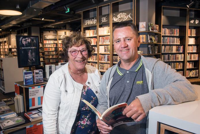 Theo Smidt leert sinds anderhalf jaar lezen en schrijven van Goke Tink in de bibliotheek in Harderwijk.