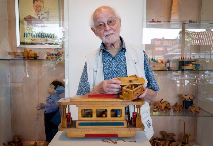 René Diekstra met het Nooitgedagt speelgoed dat hij heeft geschonken aan het speelgoedmuseum in Oosterhout.