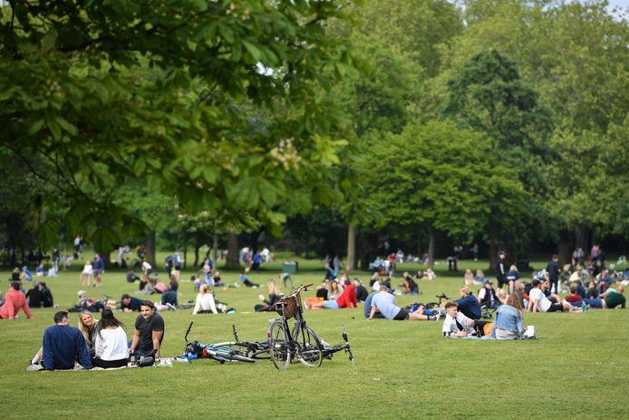 Des gens se relaxent à Wandsworth Common, un espace vert commun situé à Wandsworth, dans le Borough londonien de Wandsworth, au sud de Londres, le 16 mai 2020.