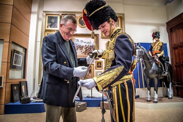 Marius van Pelt, inspecteert het bijzondere erezwaard uit de negentiende eeuw in het Museum Korps Rijdende Artillerie op de Legerplaats bij Oldebroek in 't Harde.
