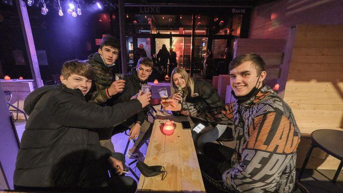 Deze jongeren genieten nog van een laatste pintje.