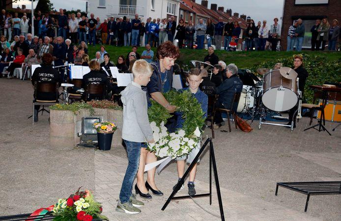 Mat de Ruijsscher (links) en Cas Versprille (rechts) helpen burgemeester Marga Vermue met het leggen van de gemeentelijke krans tijdens de herdenking in 2018.