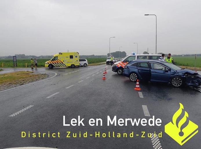 Drie personen zijn na het ongeval op de kruising van de N216 en de A.M.A. van Langeraadweg voor controle naar het ziekenhuis gebracht.