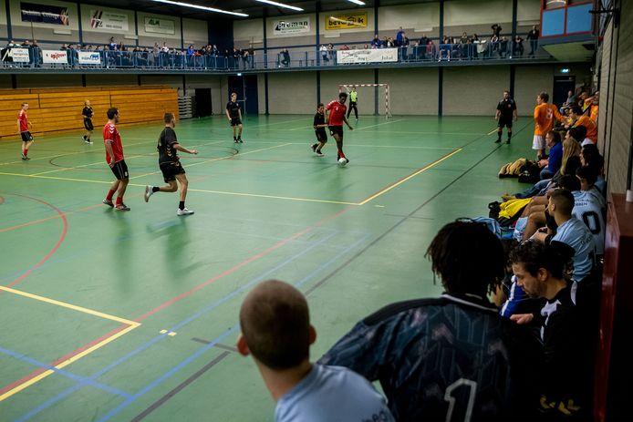 Het traditionele Jo van Marle-zaalvoetbaltoernooi tussen alle Zwolse veldvoetbalverenigingen keert eind dit jaar terug in de WRZV-hallen, waar het tot 2016 al tientallen jaren plaatsvond. Zoals op deze archieffoto uit 2012.