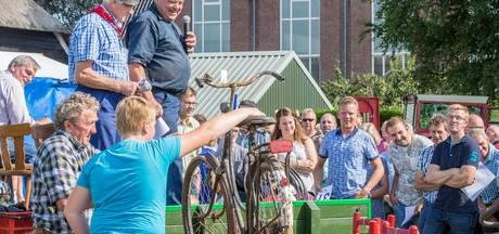 Boerenveiling laat geschiedenis Staphorst herleven (en je koopt er een fiets voor weinig)